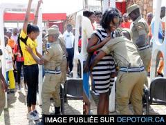 La police cherche des poux et des noises