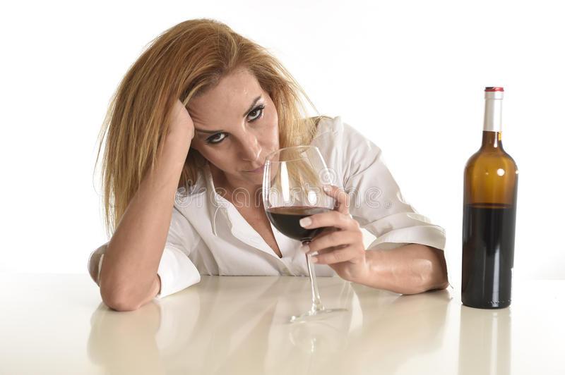 femme-alcoolique-déprimée-gaspillée-blonde-caucasienne-buvant-l-alcoolisme-en-verre-de-vin-rouge-72902344.jpg