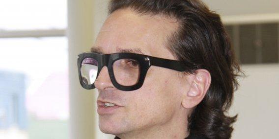 528663-derrieres-lunettes-enormes-montures-noires.jpg.9091a221e26dbe5060a55152d4337661.jpg